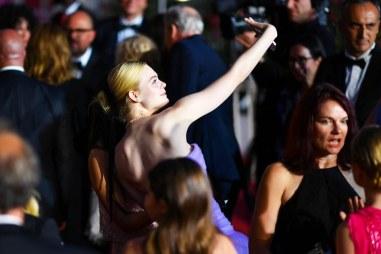 Elle-Fanning-selfie-Cannes